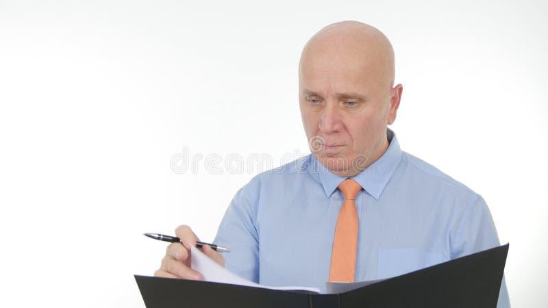 Páginas de Image Browse Folder do homem de negócios e contratos e documentos lidos do negócio fotos de stock royalty free