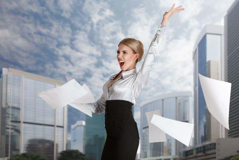 Páginas de papel que lanzan de la mujer imagen de archivo libre de regalías