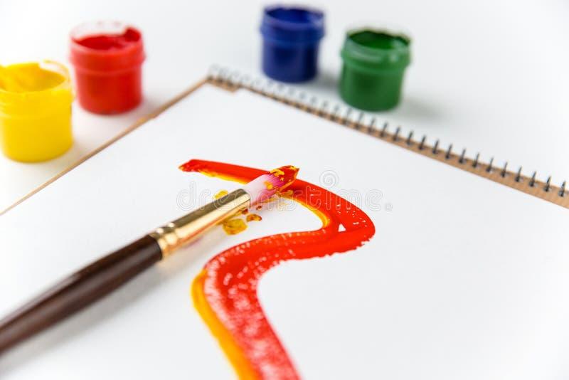 Páginas Del álbum Del Arte, Brochas Y Pinturas Coloridas Imagen de ...