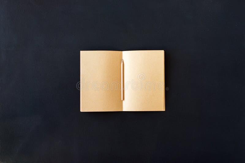 Páginas en blanco del arte vacío en lápiz del cuaderno fotografía de archivo libre de regalías