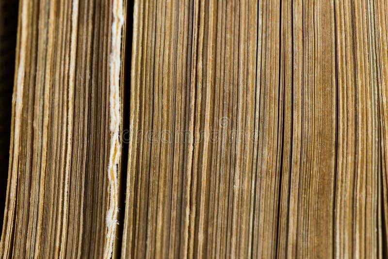 Páginas envelhecidas velhas verticais do livro amarelo próximas acima do tiro macro fotos de stock