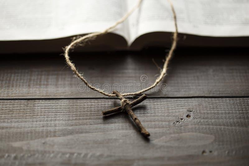 Páginas siguientes cruzadas de la biblia abierta imágenes de archivo libres de regalías
