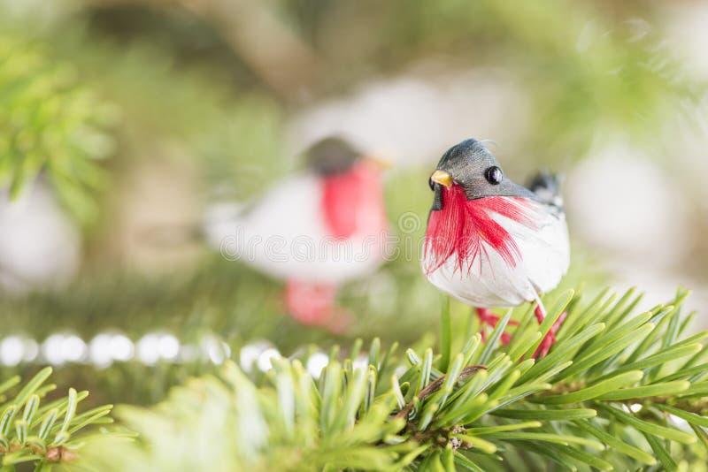 Pájaro de la decoración en árbol de navidad imagen de archivo libre de regalías