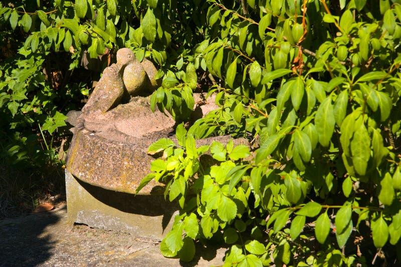 Pájaro de piedra en el jardín imagen de archivo
