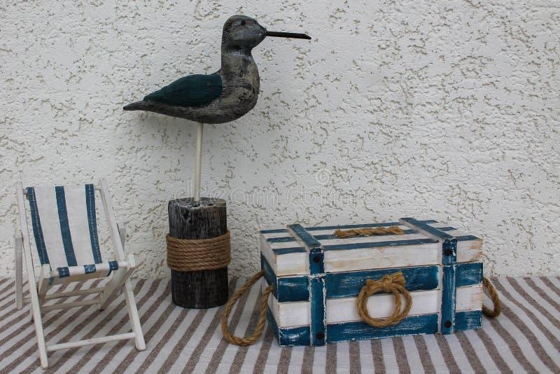 Pájaro decorativo y artículos marinos imagen de archivo libre de regalías