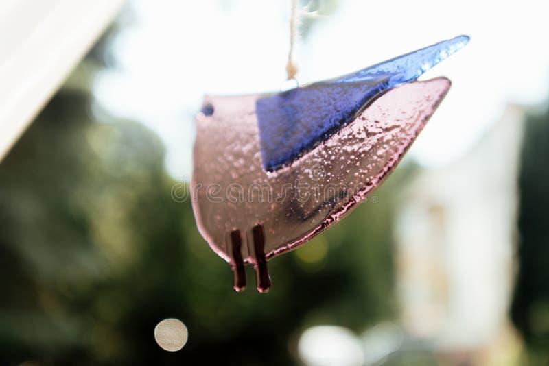Pájaros de cristal elegantes inusuales únicos, adornando en el restaurante para w imagenes de archivo