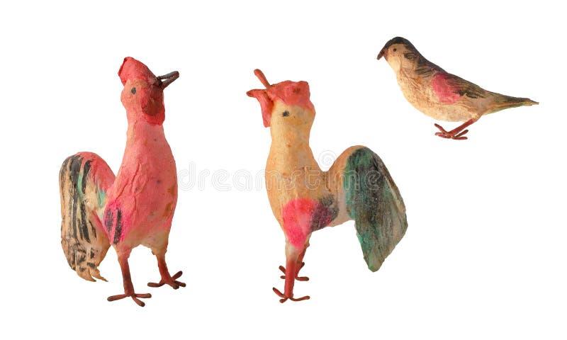 Pájaros hechos a mano del juguete del cartón piedra del vintage del Año Nuevo aislados en el fondo blanco imagen de archivo libre de regalías