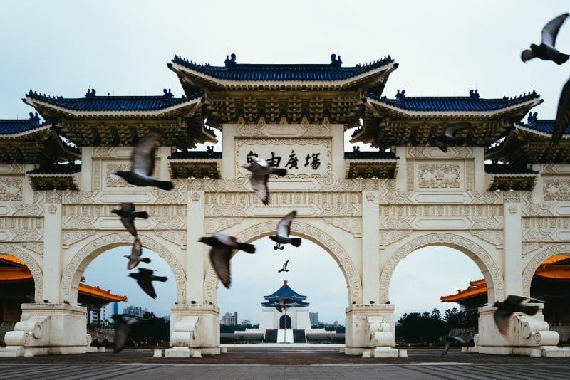 Pájaros que vuelan delante de Chiang Kai Shek Memorial Hall imagenes de archivo