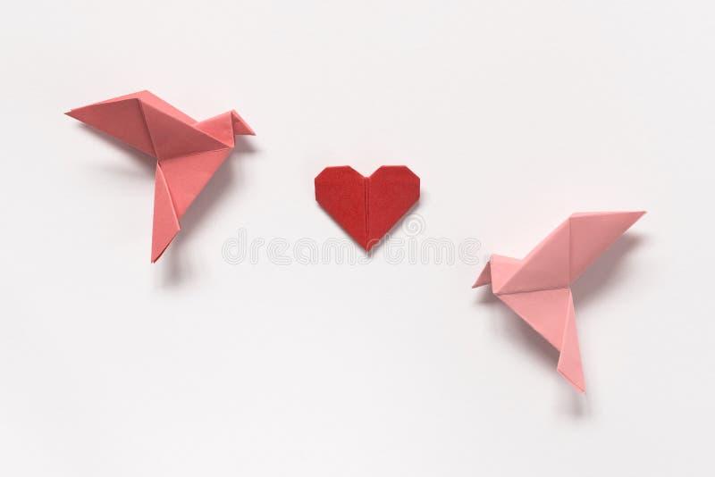 Pájaros rosados y corazón rojo de la papiroflexia en el fondo blanco Regalo Ca imágenes de archivo libres de regalías