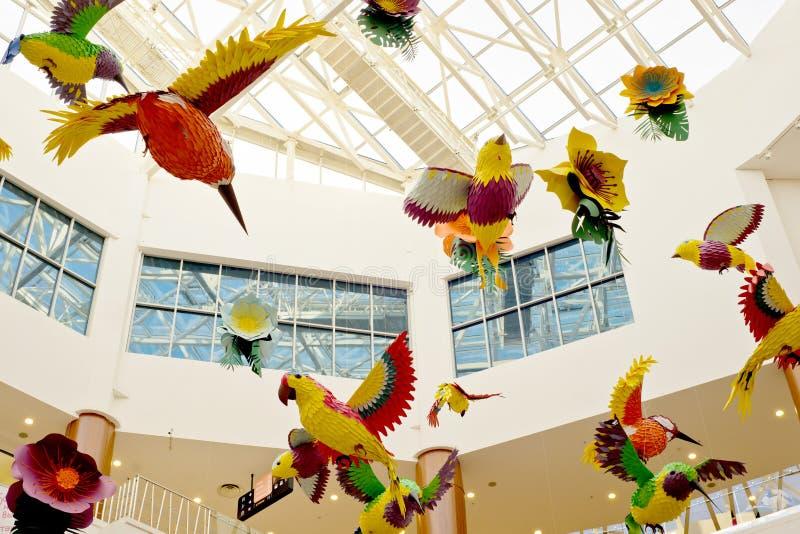 Pájaros y flores de papel debajo de la bóveda del centro fotografía de archivo