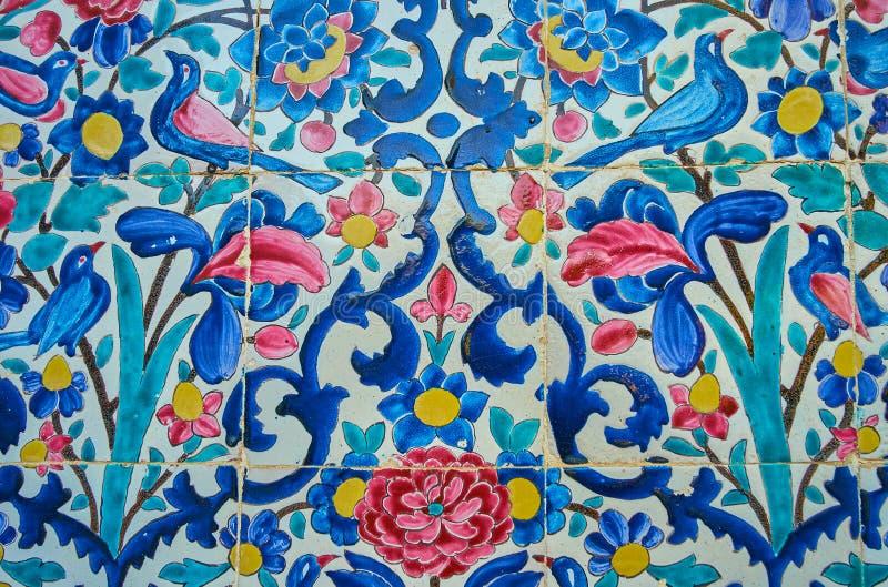 Pájaros y flores en las tejas esmaltadas, Shiraz, Irán fotos de archivo libres de regalías