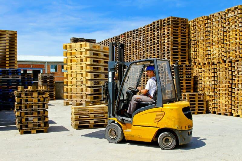 Download Pálete do Forklift imagem de stock. Imagem de alto, europeu - 16862191