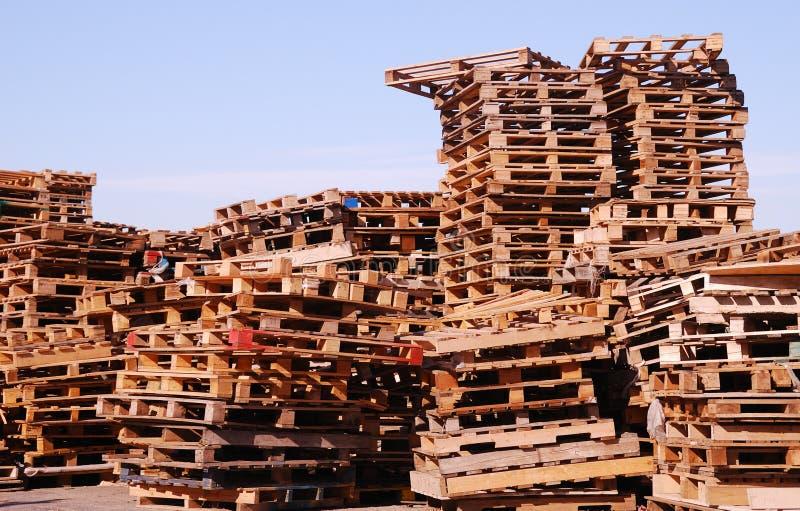Páletes de madeira usadas empilhadas sob o céu aberto fotos de stock