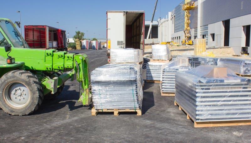 Páletes do carregamento do Forklift fotografia de stock royalty free