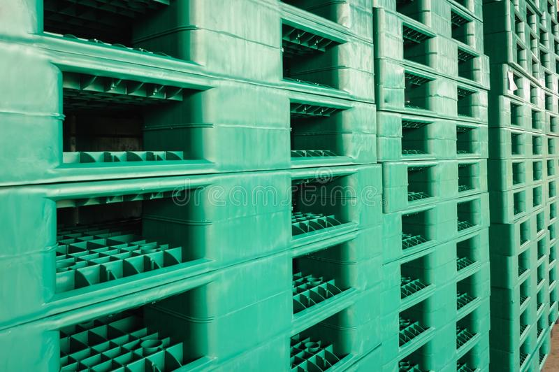 Páletes plásticas verdes no armazém fotografia de stock