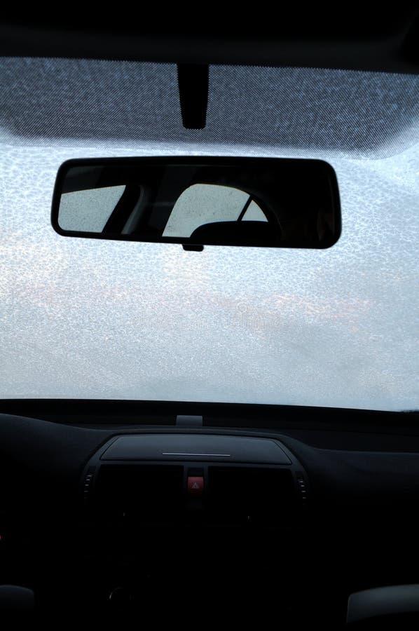 Pára-brisas congelado do carro fotografia de stock