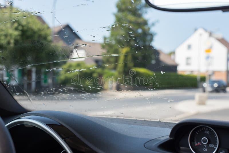 Pára-brisas de um carro limpado com água imagens de stock royalty free