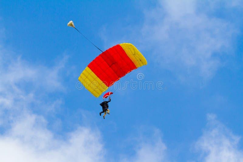 Pára-quedas do Skydiver aberto imagem de stock royalty free
