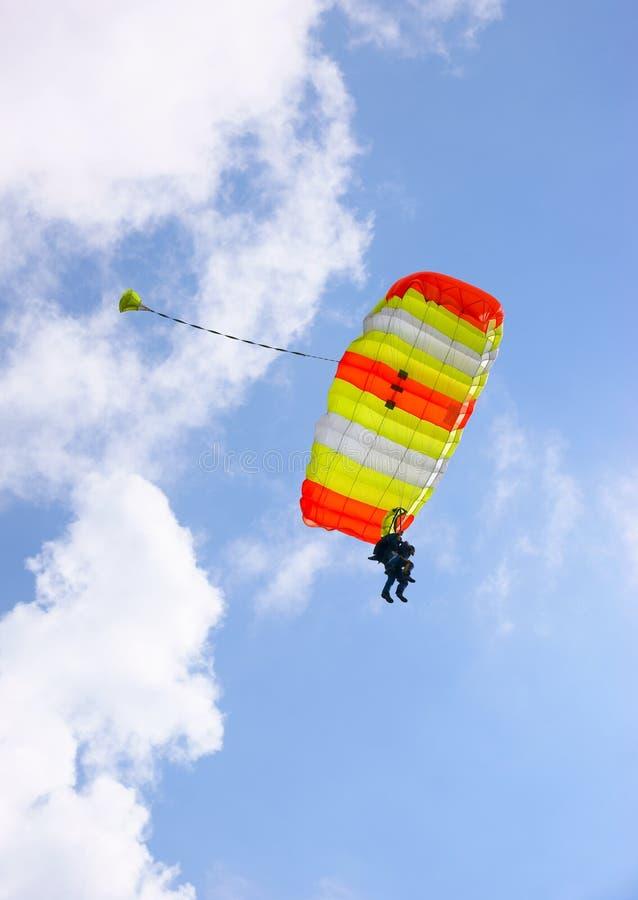 Pára-quedas skydive em tandem imagem de stock