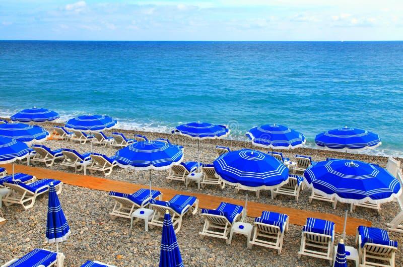 Pára-sóis na praia em agradável, Cote d'Azur, França imagem de stock royalty free