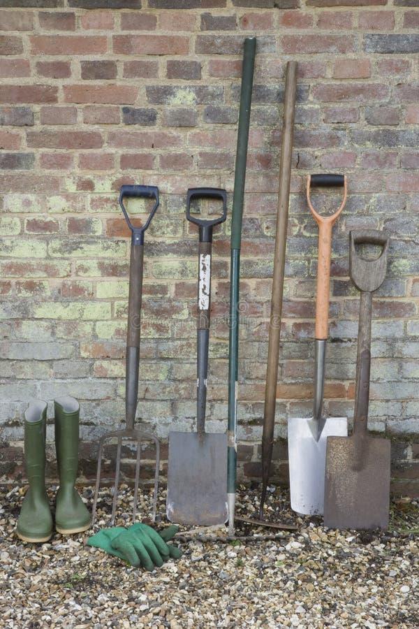 Pás e ferramentas de jardinagem fotografia de stock royalty free