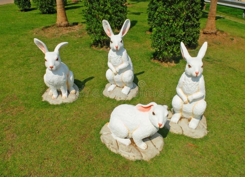 Páscoa branca Bunny Gangs na terra imagens de stock