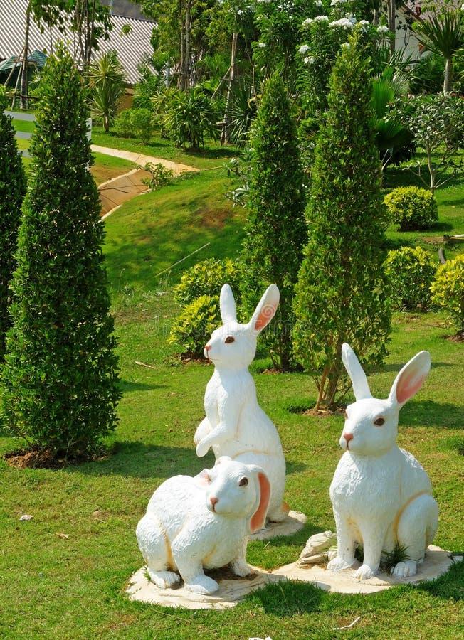 Páscoa branca Bunny Gangs na terra fotos de stock