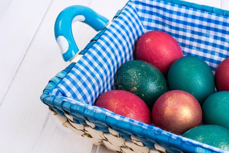 A Páscoa, cor pintou ovos nas placas brancas fotografia de stock