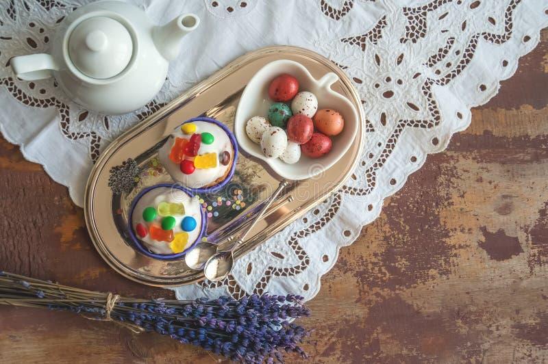 A Páscoa endurece com os ovos do maçapão da crosta de gelo e da decoração e do caramelo do doce de fruta em uma caixa Decoração d fotos de stock