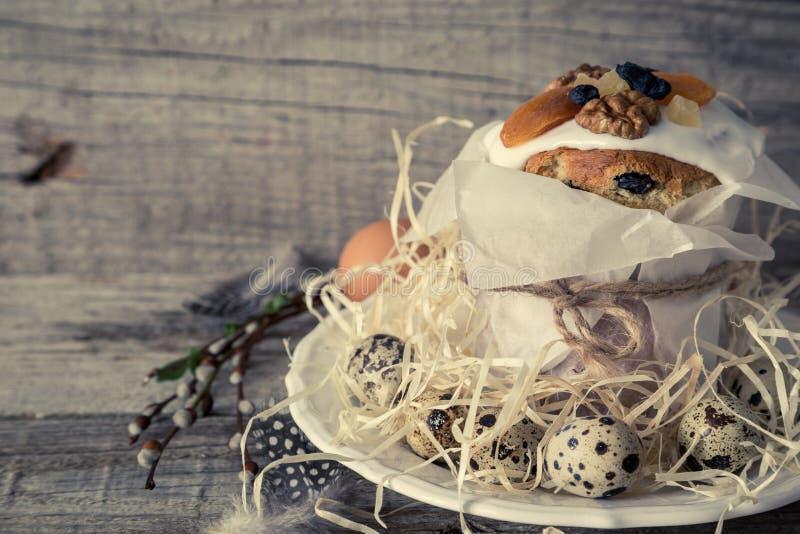 A Páscoa endurece com ovos, fundo de madeira rústico imagens de stock