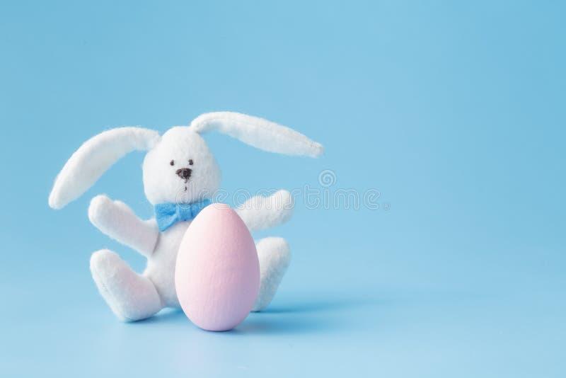 Páscoa feliz - coelho e ovos da páscoa do brinquedo foto de stock