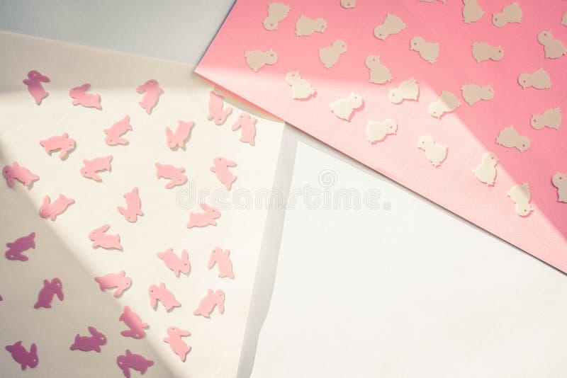 Páscoa feliz criativa - coelhos, coelhos, galinhas no fundo geométrico moderno colorido de papel, configuração lisa imagens de stock royalty free