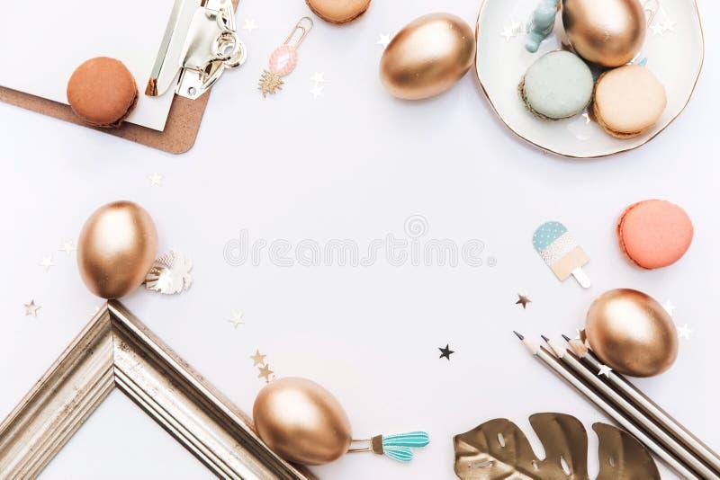 Páscoa feliz! Fundo à moda dos artigos de papelaria com os ovos do ouro no fundo branco fotografia de stock