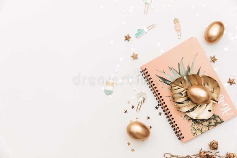 Páscoa feliz! Fundo à moda dos artigos de papelaria com os ovos do ouro no fundo branco imagens de stock royalty free