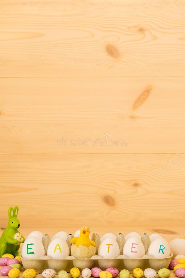 Páscoa feliz, ovos pintados em uma caixa, coelho e galinha imagem de stock royalty free