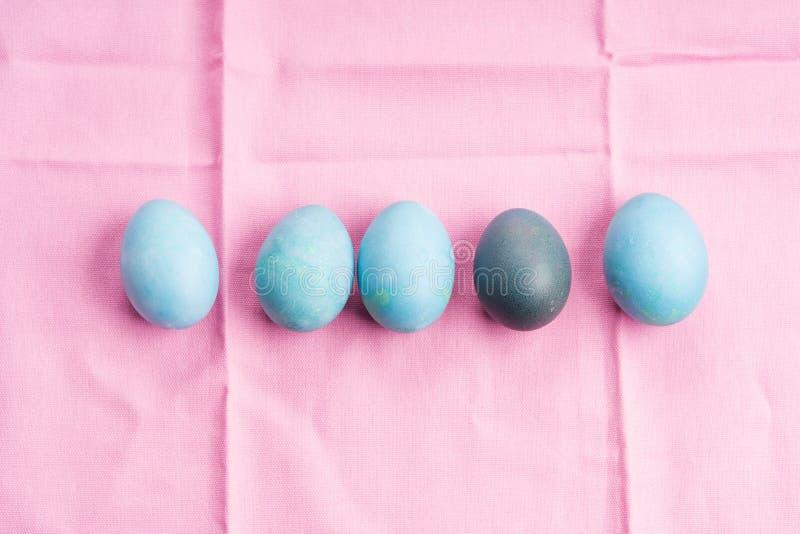 A P?scoa ferveu ovos coloridos no fundo fotografia de stock royalty free