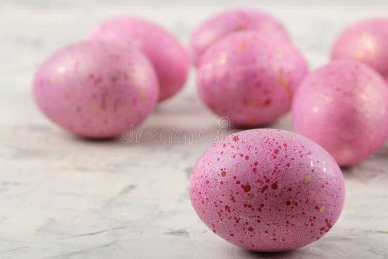 Páscoa Ovos da páscoa cor-de-rosa em um fundo do betão leve Easter feliz feriados Close-up fotografia de stock