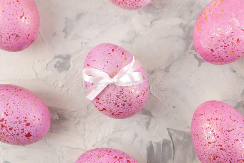 Páscoa Ovos da páscoa cor-de-rosa em um fundo do betão leve Easter feliz feriados Vista superior fotos de stock