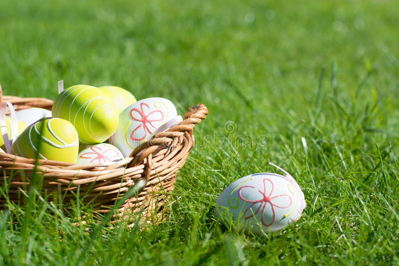 A Páscoa pintou ovos da cor pastel com a fita na grama verde Dia ensolarado Fim acima Foco seletivo imagens de stock royalty free