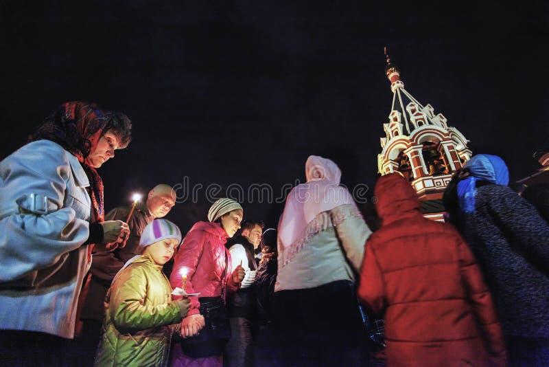 Páscoa: Procissão em torno da igreja na Páscoa em Rússia imagem de stock royalty free