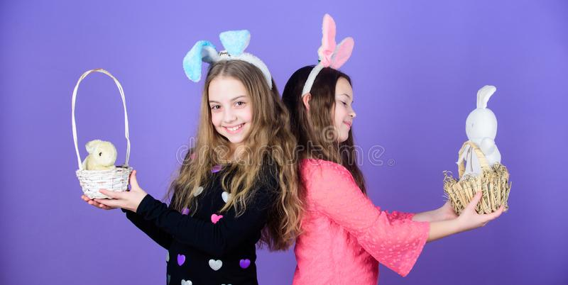 A Páscoa soletra para fora a beleza Crianças que guardam animais de estimação do coelho em cestas da Páscoa Meninas que vestem as imagens de stock royalty free