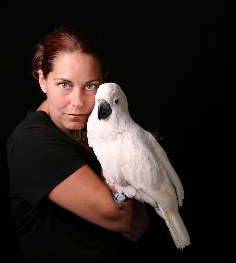 Pássaro caucasiano da terra arrendada da mulher imagens de stock royalty free