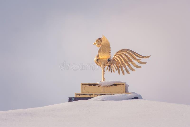 Pássaro de phoenix do chinês do ouro no telhado que cobriu a neve branca do pavilhão dourado no templo de Kinkakuji na estação do fotografia de stock