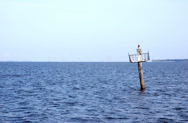 Pássaro no borne do marcador do barco. fotografia de stock royalty free