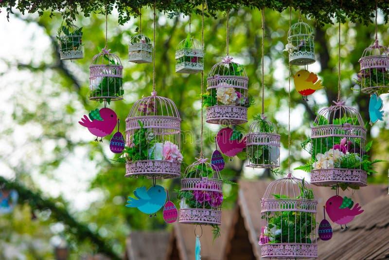 Pássaros da decoração da Páscoa com ovos e flores fotografia de stock royalty free