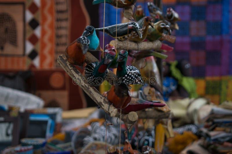 Pássaros de madeira feitos a mão de um mercado imagem de stock