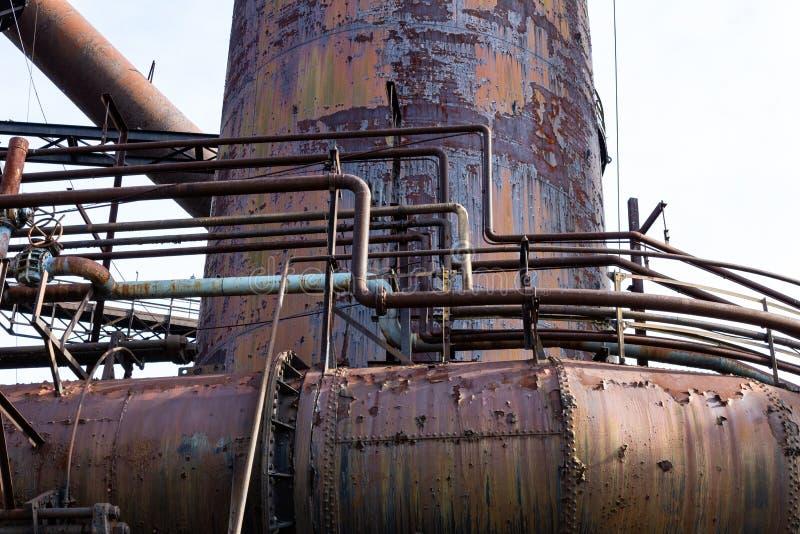 Pátina colorida del metal en los tubos y el horno que aherrumbran, acería imágenes de archivo libres de regalías