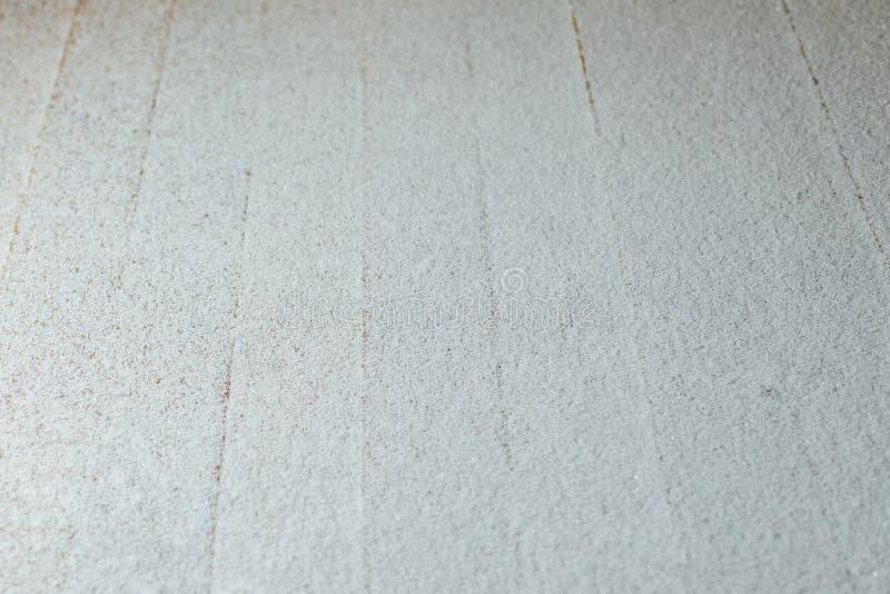 Pátina da neve no fundo de madeira das retardações imagens de stock