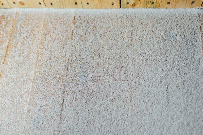 Pátina da neve no fundo de madeira das retardações foto de stock