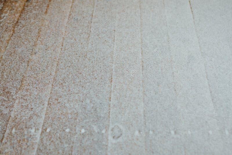 Pátina da neve no fundo de madeira das retardações imagens de stock royalty free